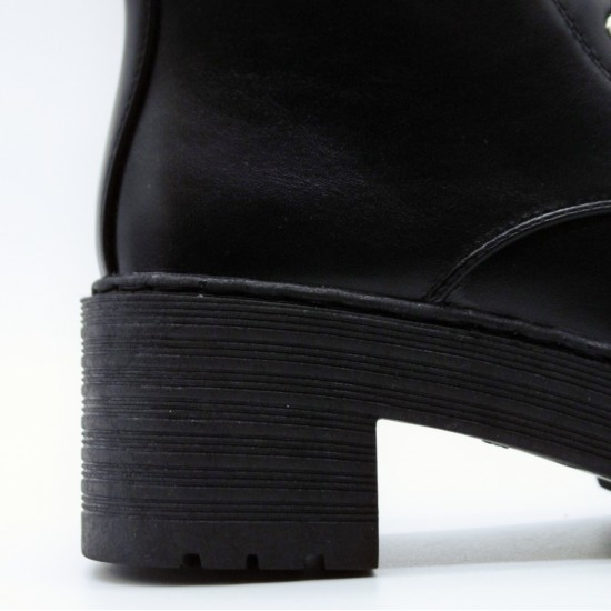 Laced low boots with heel